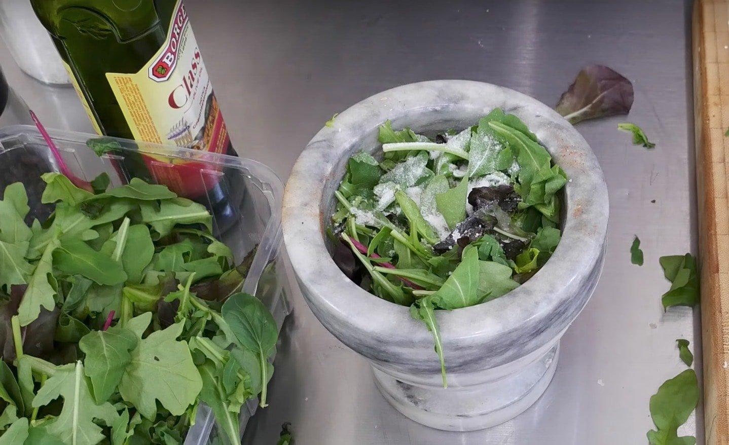 После добавить сыр, орехи, чеснок, масло. Толочь следует деревянным пестиком до однородности, постепенно вливая оставшееся оливковое масло.