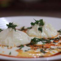 Яйцо-пашот с йогуртом по-турецки