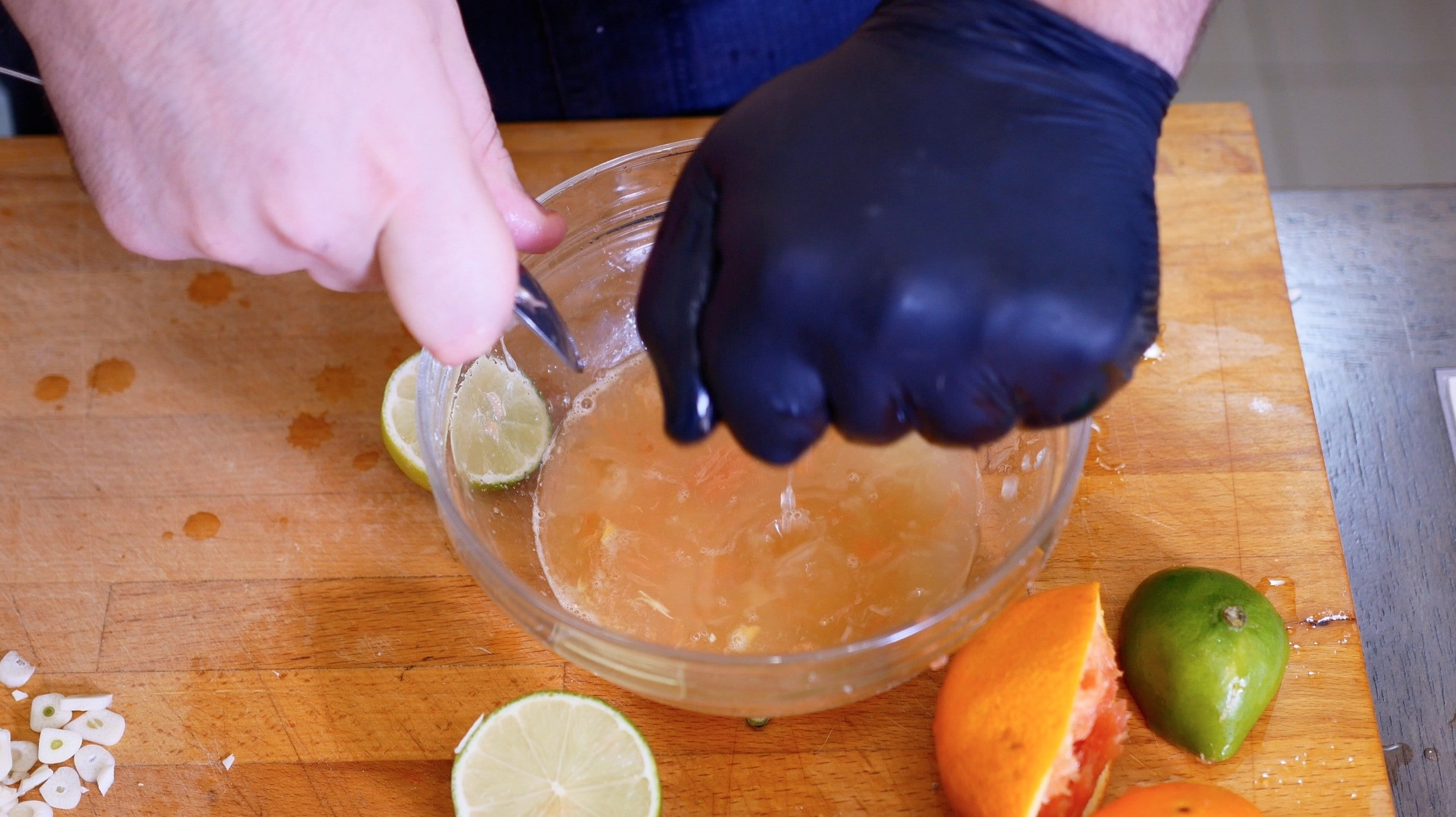 Выдавливаем сок и апельсина и лайма