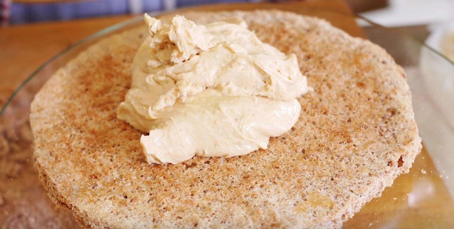 Промазываем коржи белым кремом.
