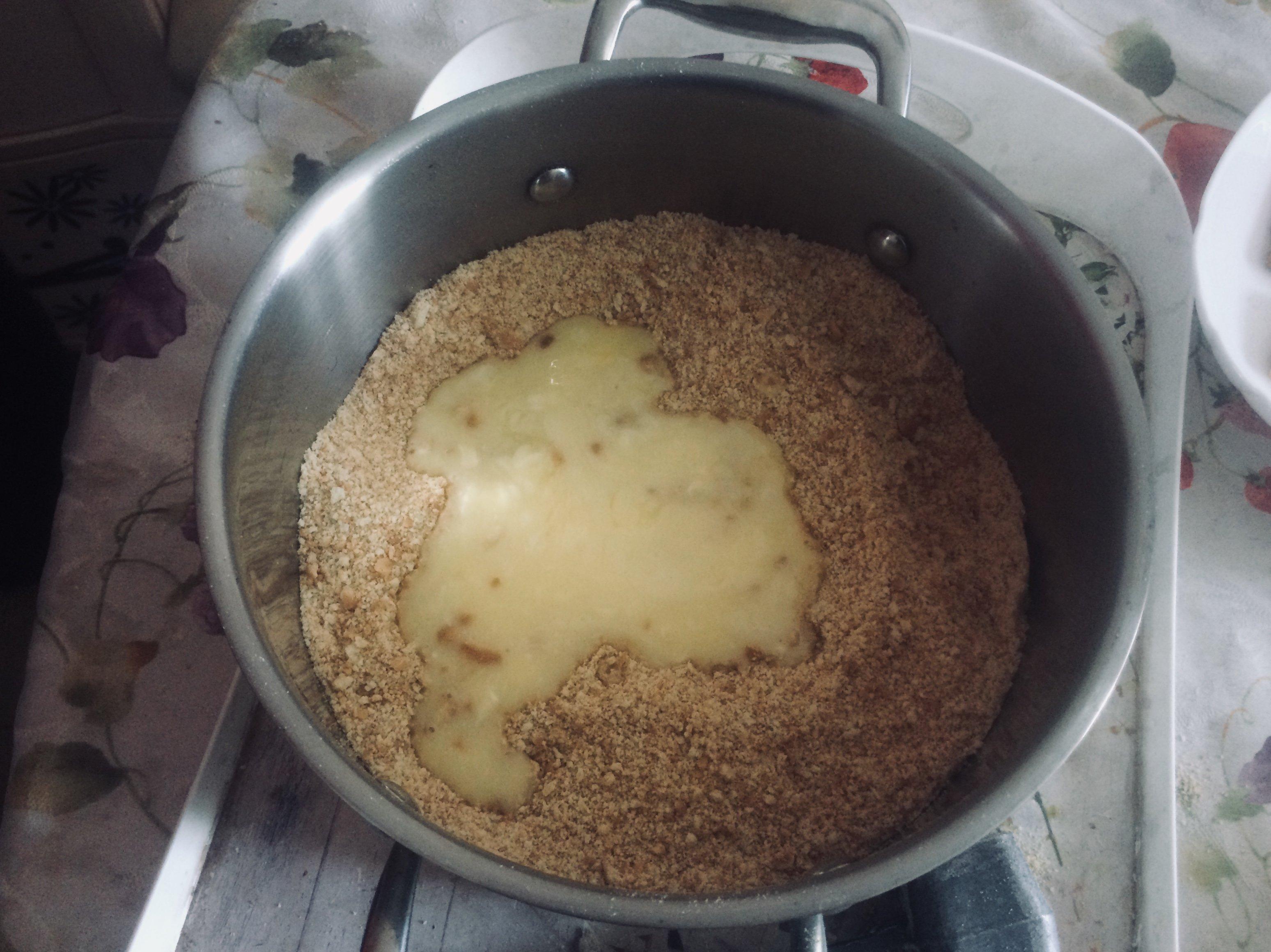 Смешиваем растопленное сливочное масло и измельченное печенье