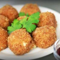 Сырные шарики и брусничный соус