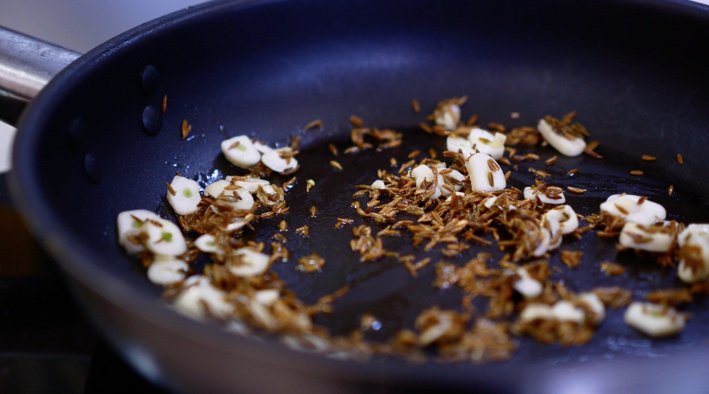 Пережарьте чеснок вместе с тмином для моджо до золотистого цвета (на среднем нагреве), около 2х минут
