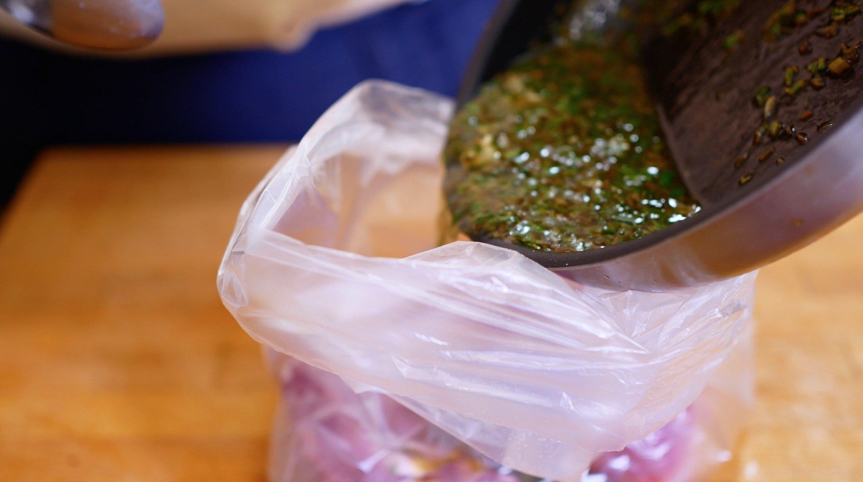 Половину готового моджо вылейте на вырезку в качестве маринада. Часть оставьте, отличной подойдет в качестве соуса