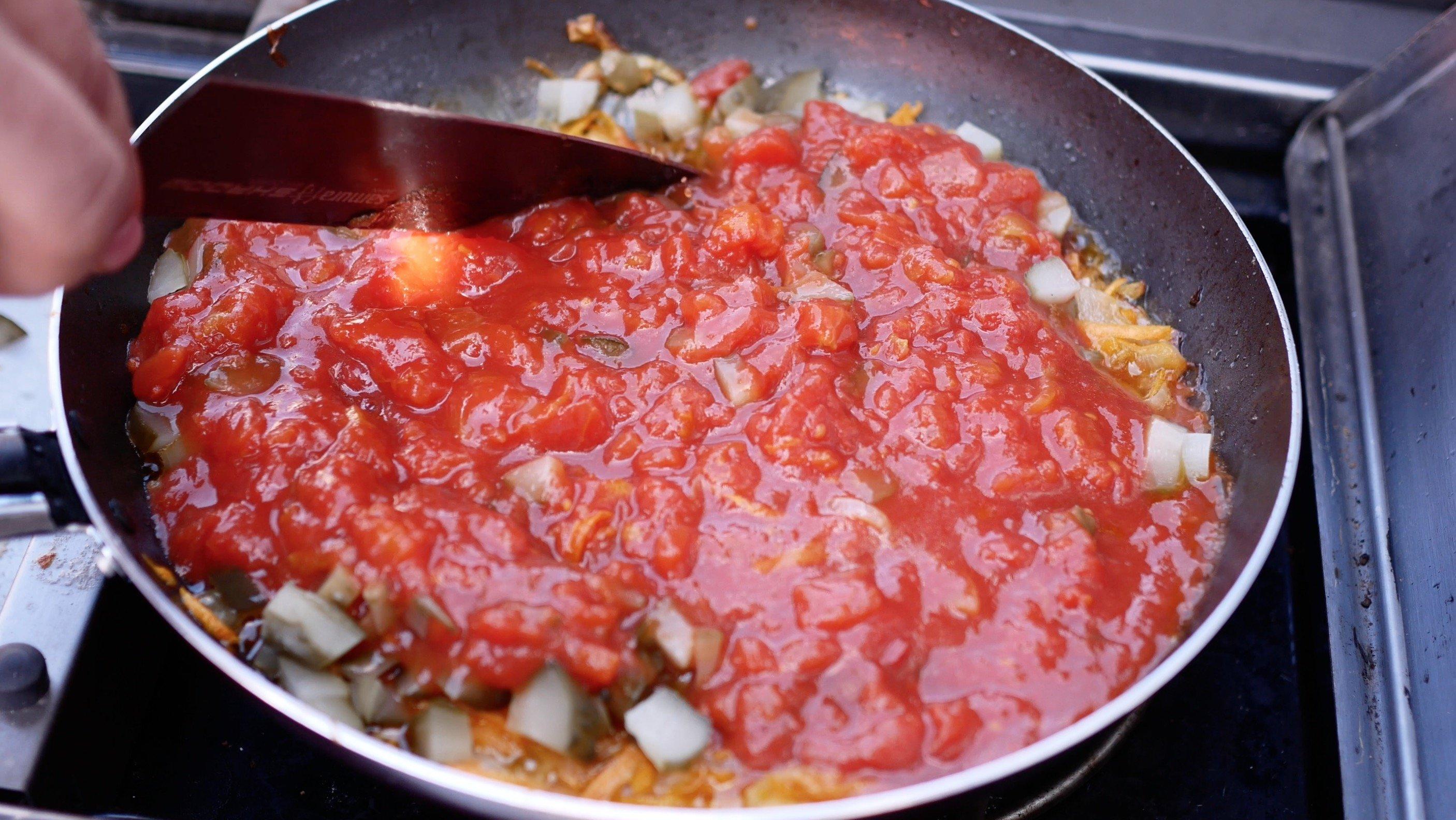 добавляем огурчики и помидоры