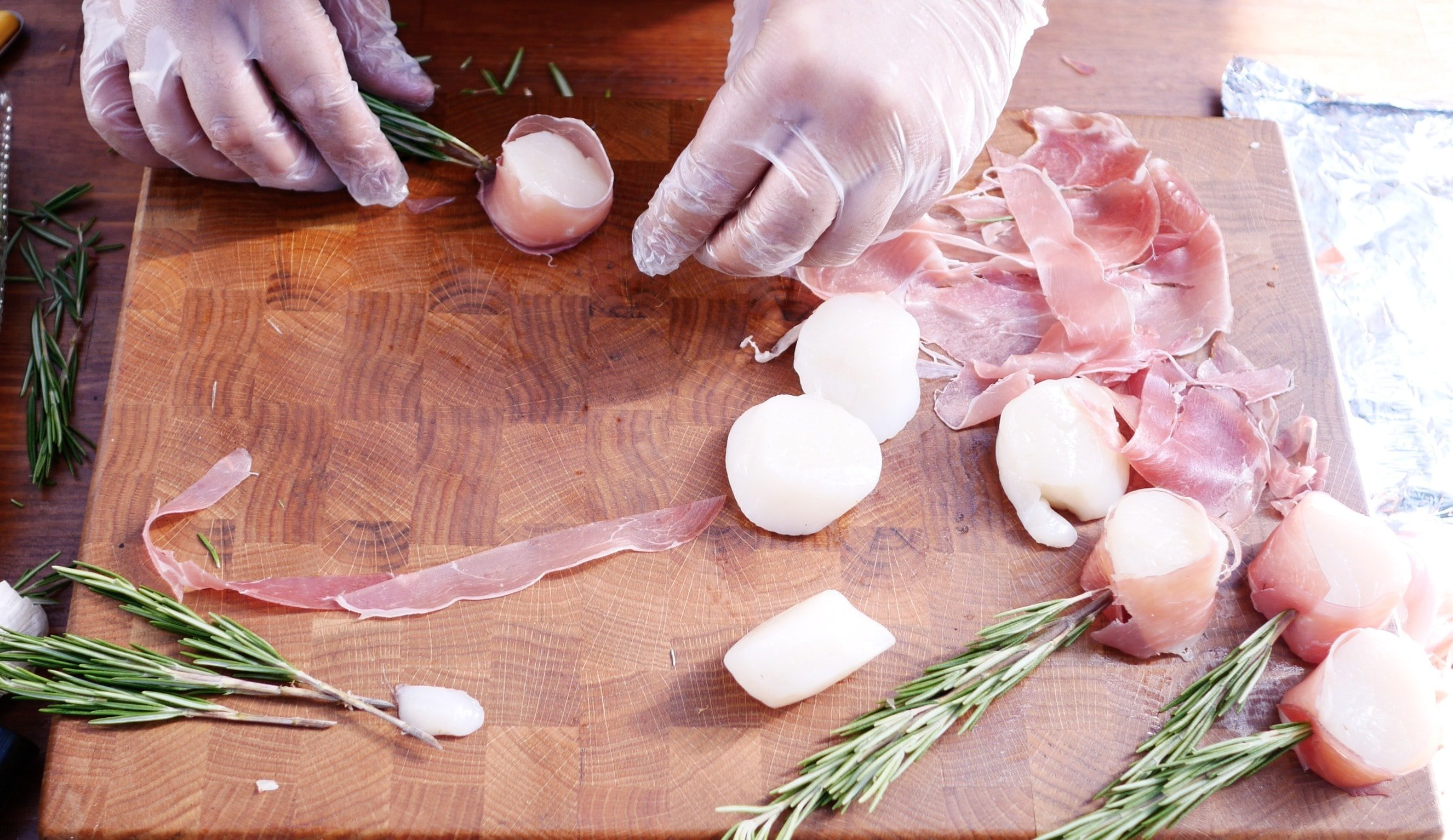 Закрелпляем мясо веткой розмарина насквозь гребешка