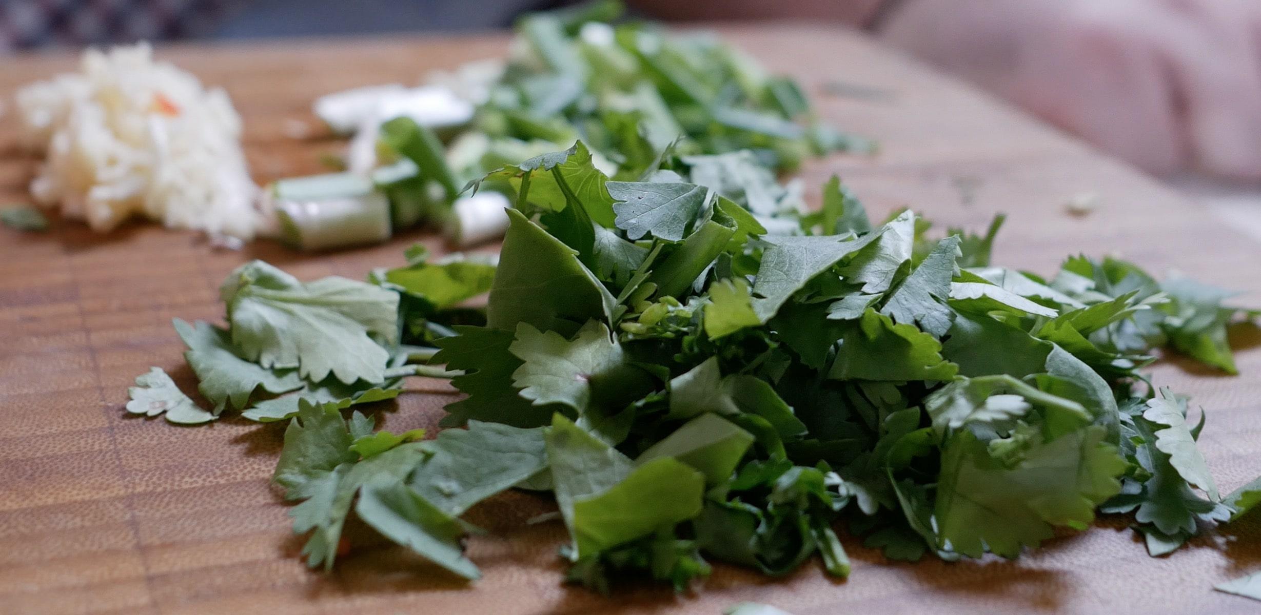 Нарежем зеленый лук и кинзу. Они понадобятся в самом конце.