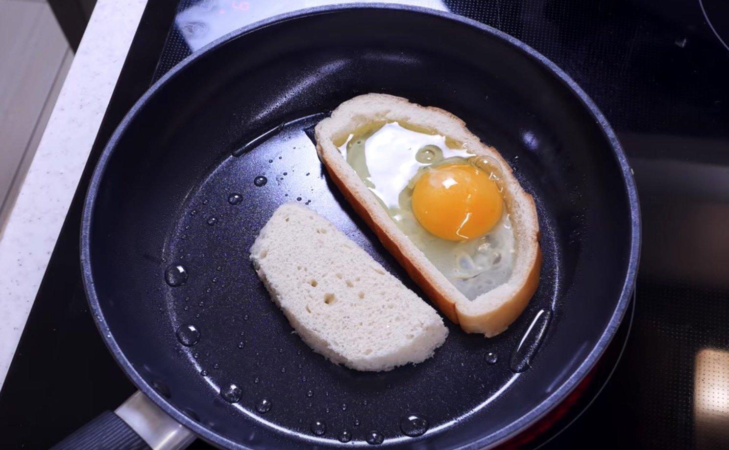 Выкладываем хлеб и яйцо