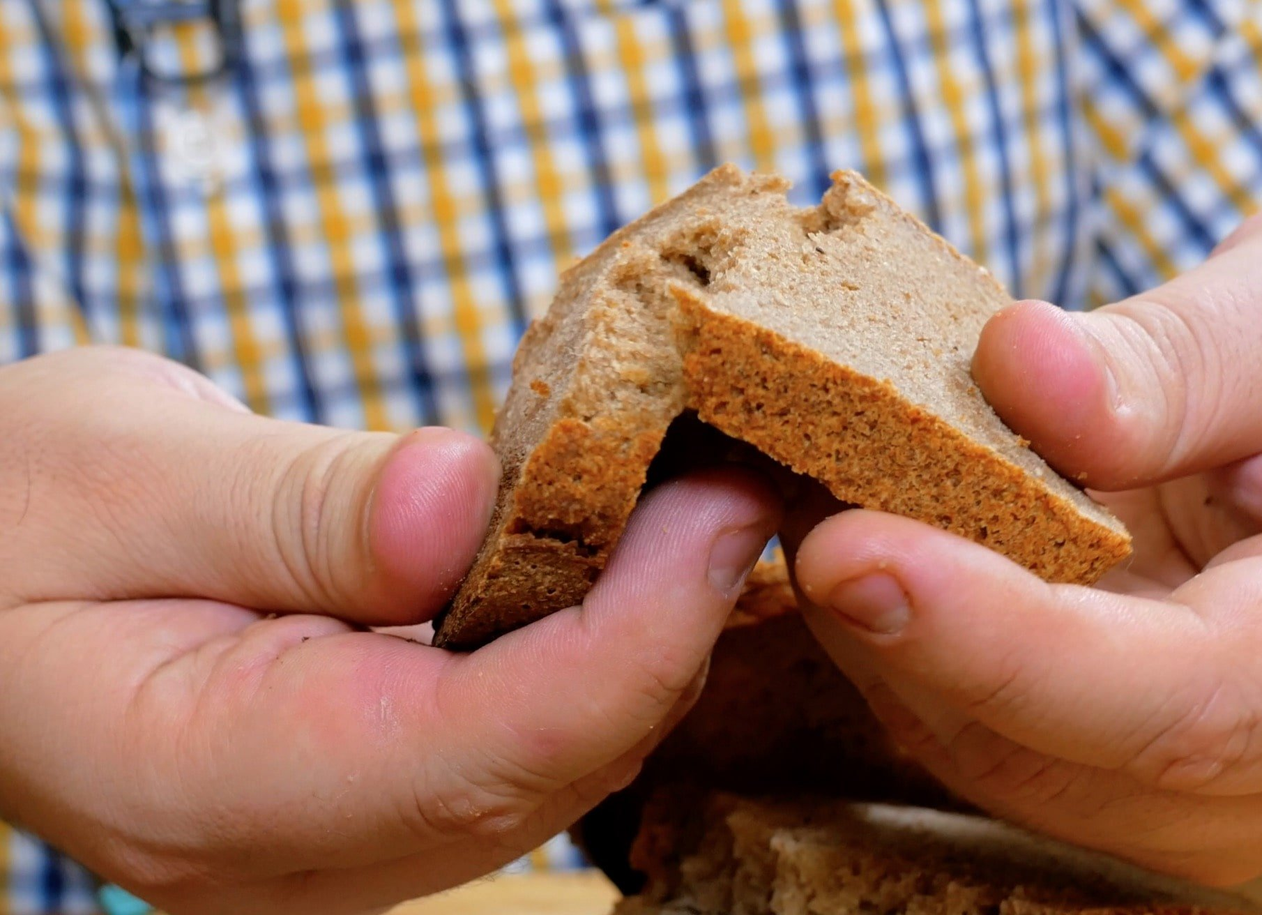 Хлеб от Германа Стерлигова разломан