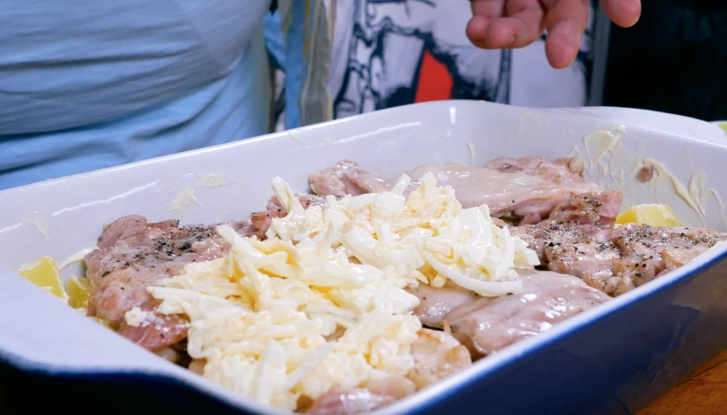 Выкладываем нашу смесь с луком и сыром