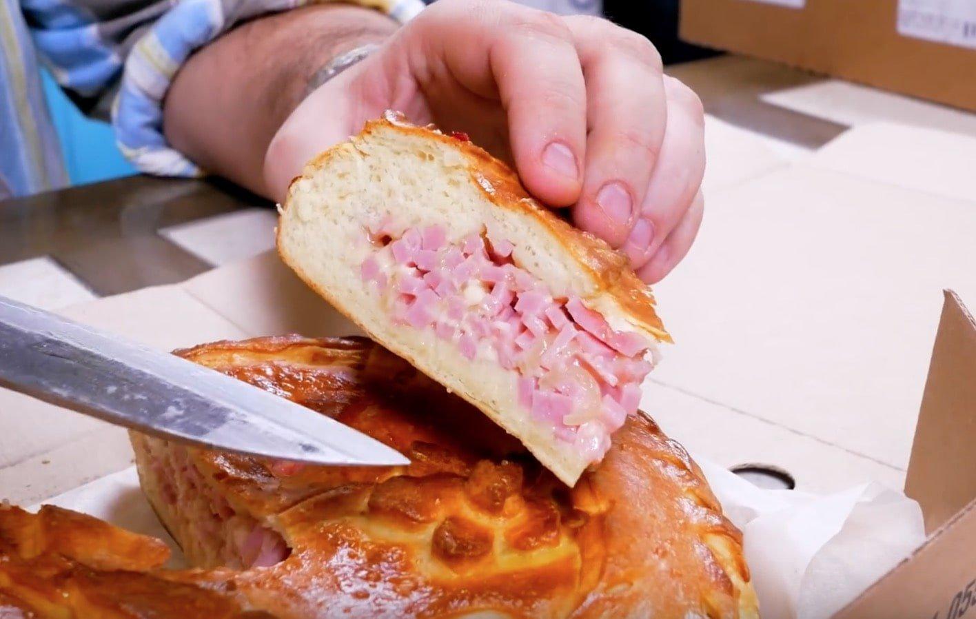 Пирог с ветчиной и сыром внутри-min
