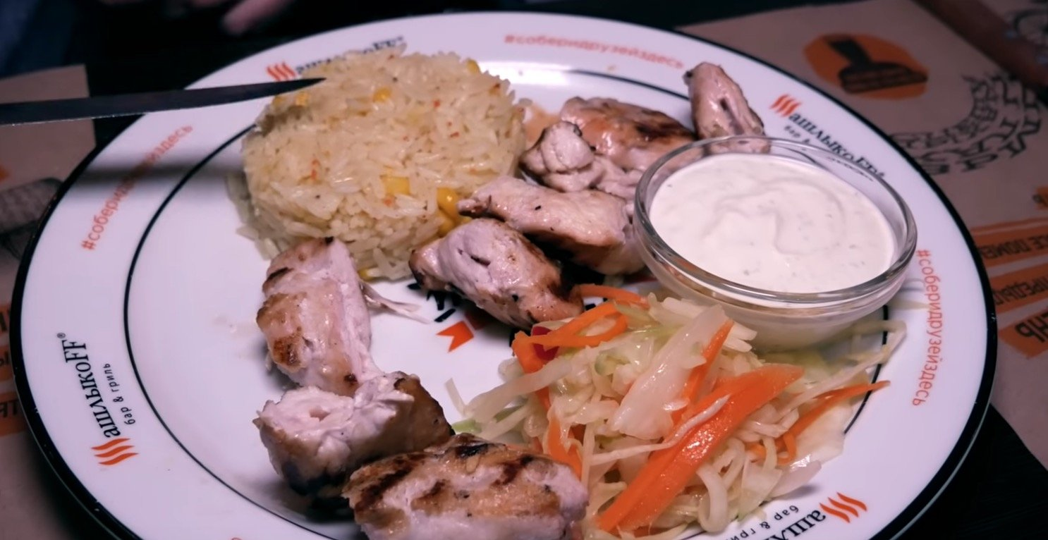Шашлык из куриной грудки, рис и салат коул слоу