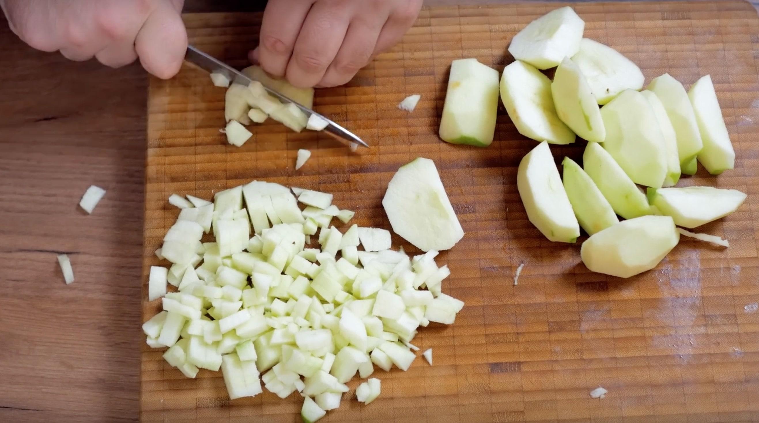 Очищаем и нарезаем кубиками примерно килограмм яблок. Лучше использовать кислые сорта.