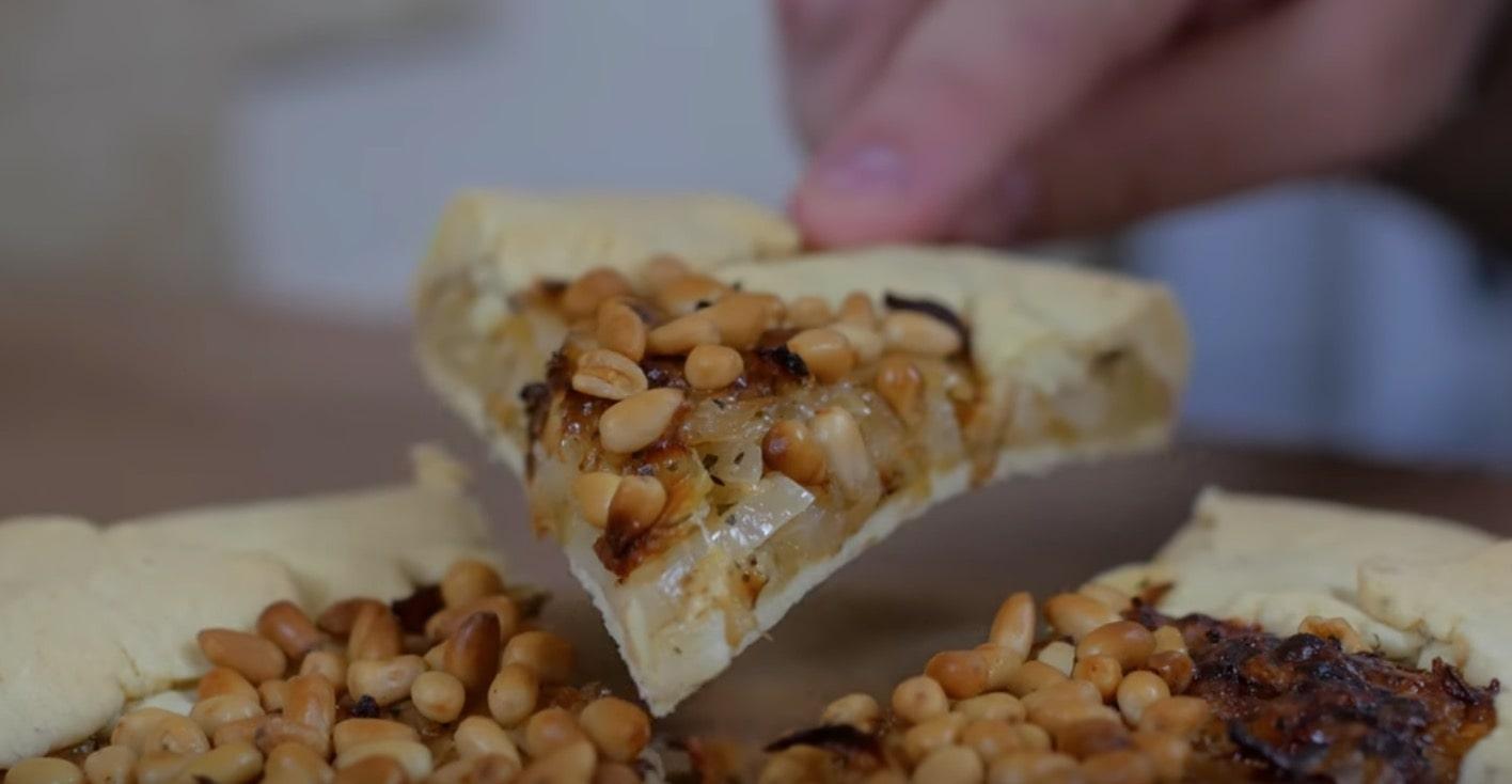 галета с капустой и кедровыми орешками в разрезе