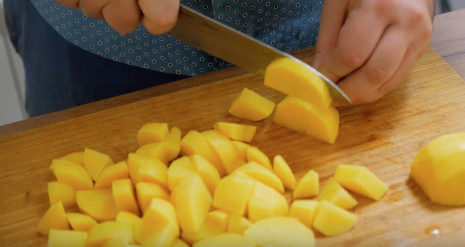 Нарезаем картофель крупно