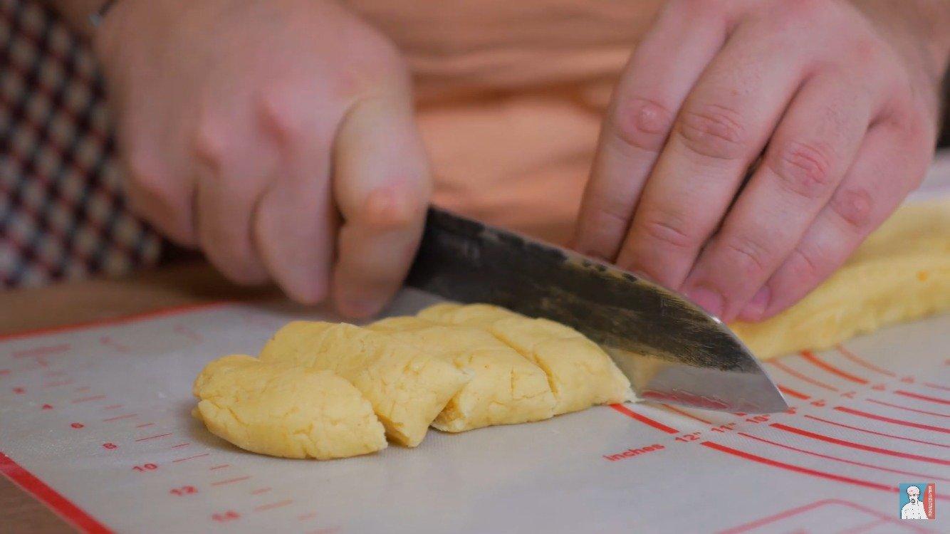 Разделите тесто на 40 кусочков.