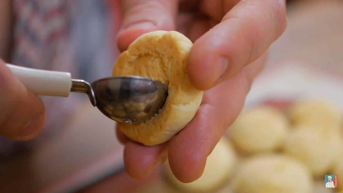 Если есть желание побольше добавить начинки, или добавить орех внутрь, то маленькой ложечкой достаньте часть мякоти, пока печенья мягкие.