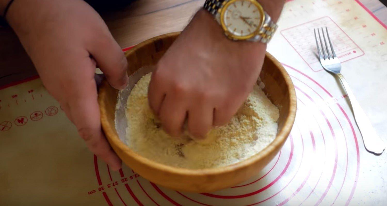 Смешиваем кукурузную и пшеничную муку