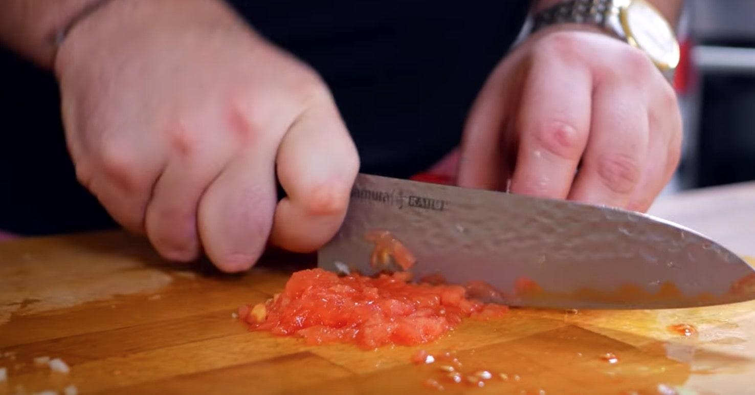 Нарежем томаты кубиками , предварительно избавимся от косточек