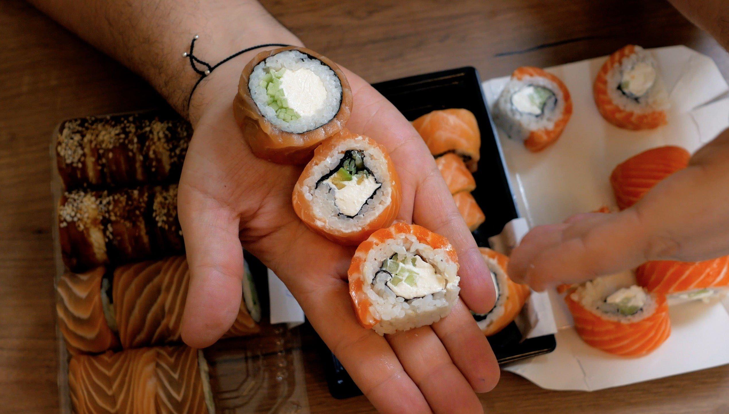 ролл филадельфия от вкусные суши достаевского и моремана в сравнении
