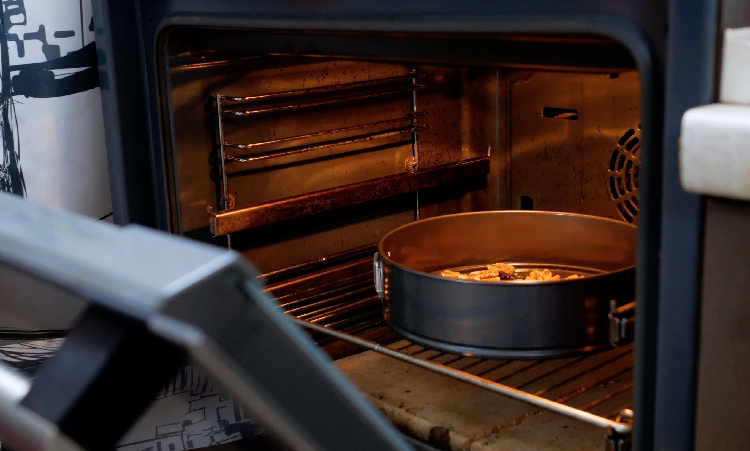 Орехи отправим в духовку подсушиться