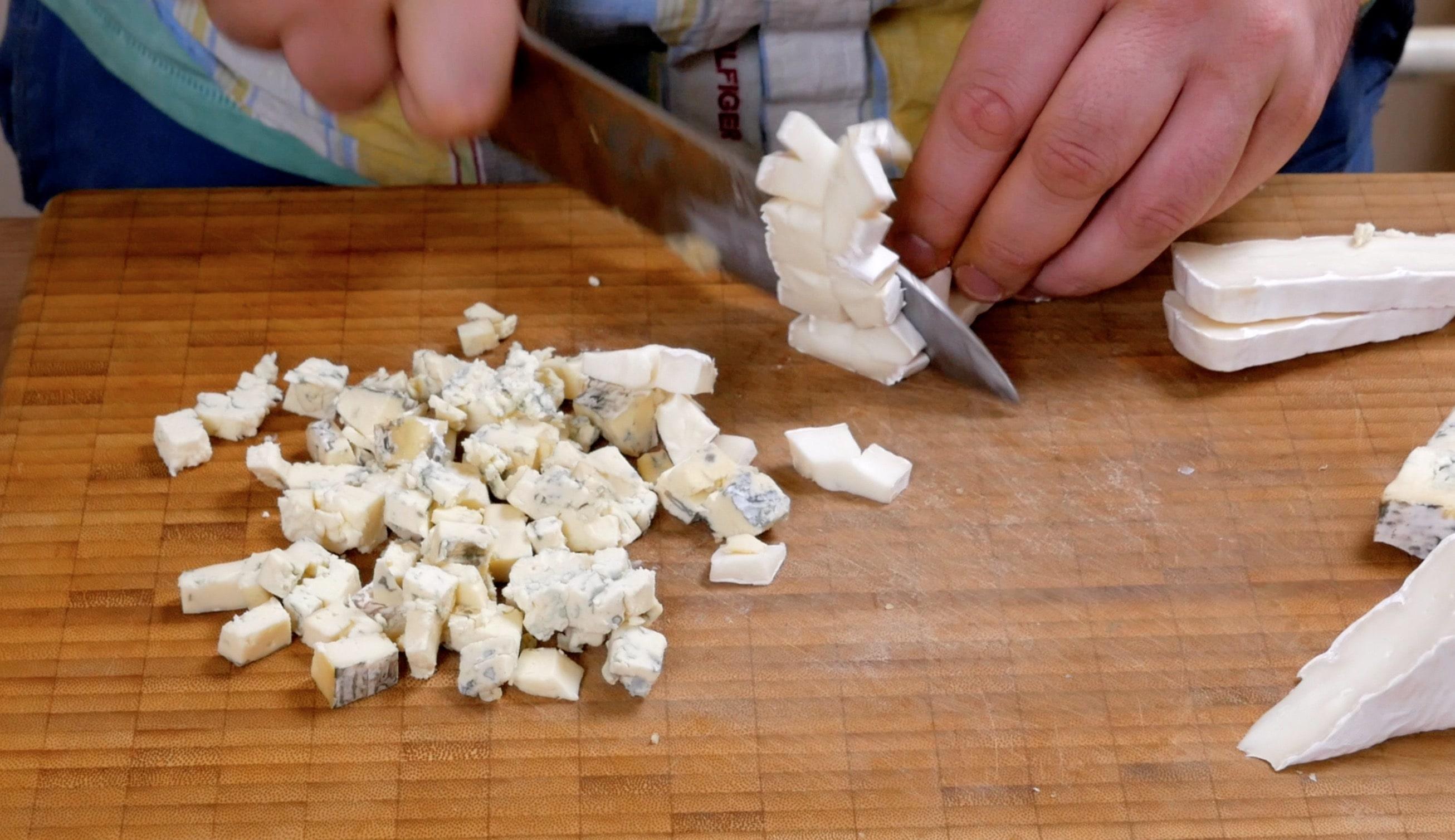 Нарезаем кубиками маасдам, сыр с белой плесенью, сыр с голубой плесенью