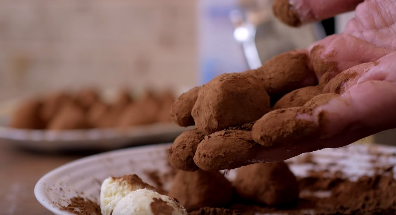 Покрываем каждую конфетку какао