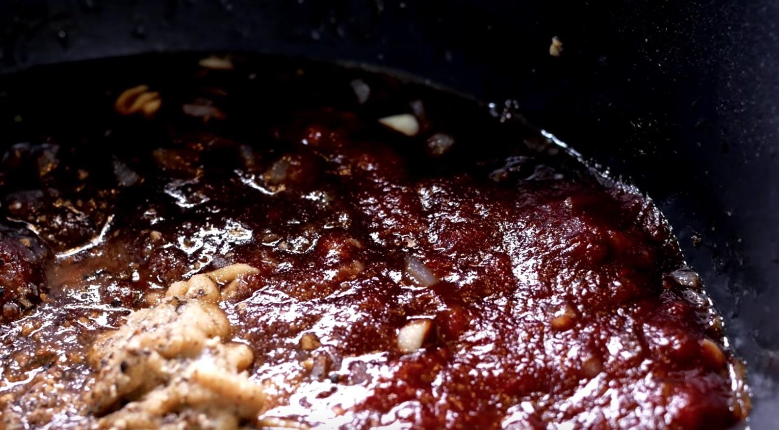 И добавляем горчицу, черный перец и соль