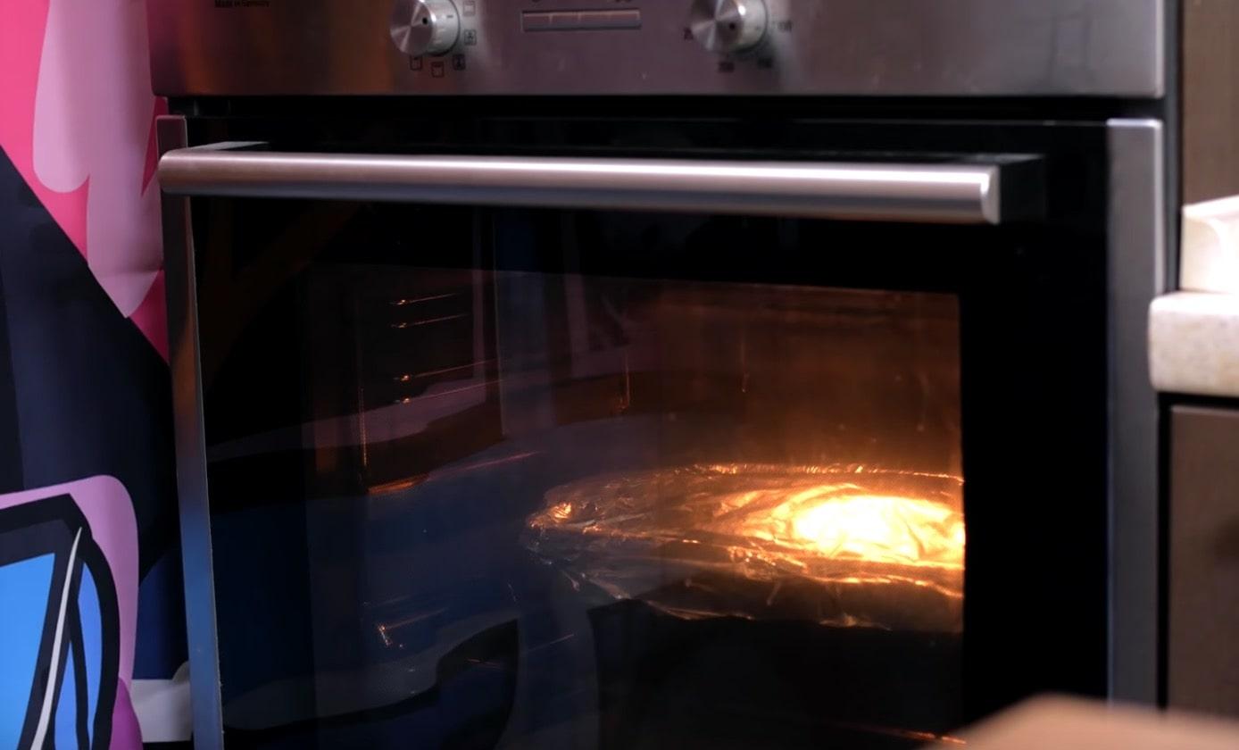 И отправляем медленно томиться в духовку на 100-110 градусов и включаем верхний и нижний нагрев. Оставляем мяса часа на 4.