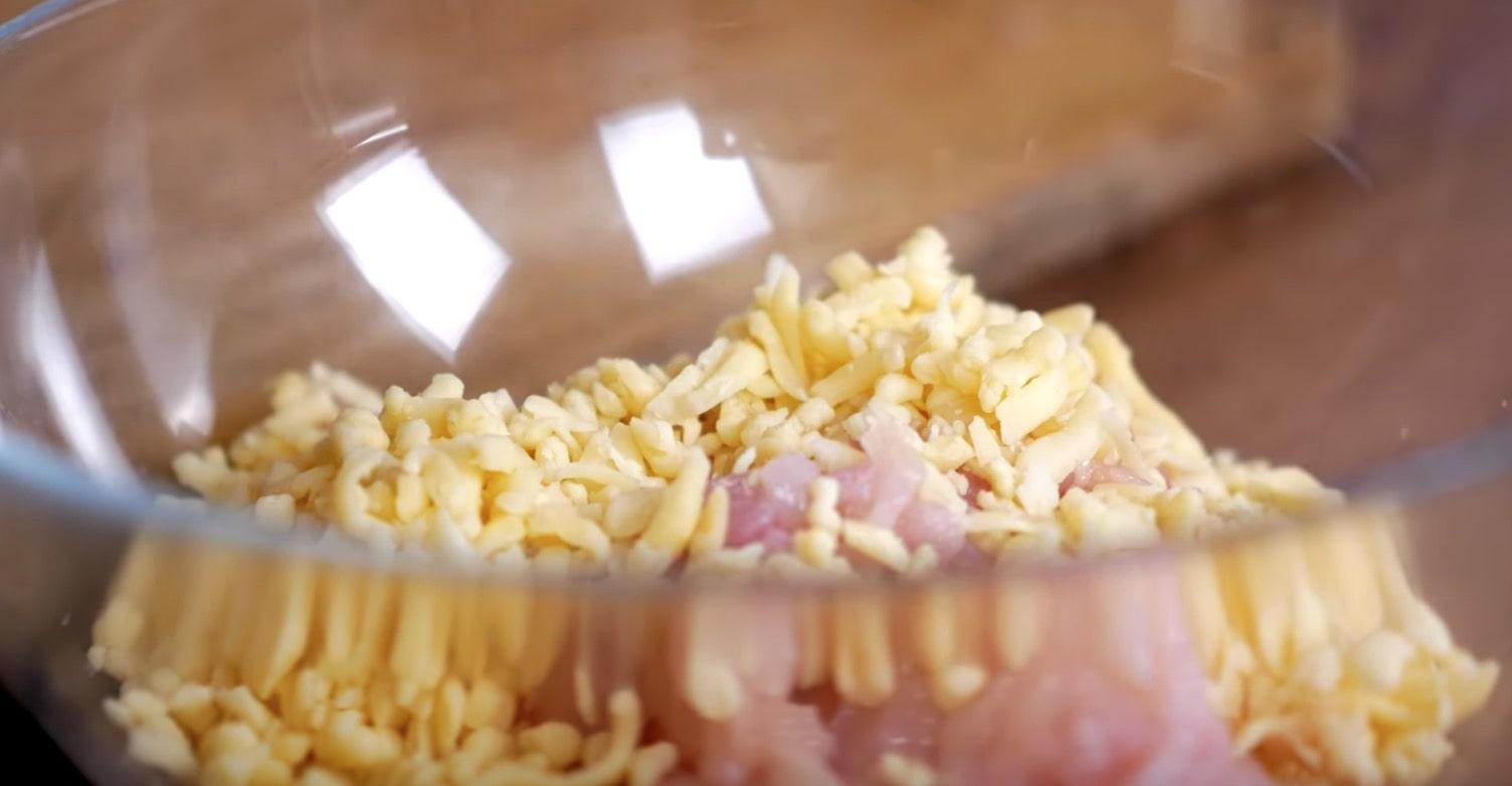 Куриное филе складываем в миску и добавляем сыр