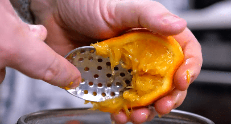Выдавливаем сок из апельсина и добавляем цедру