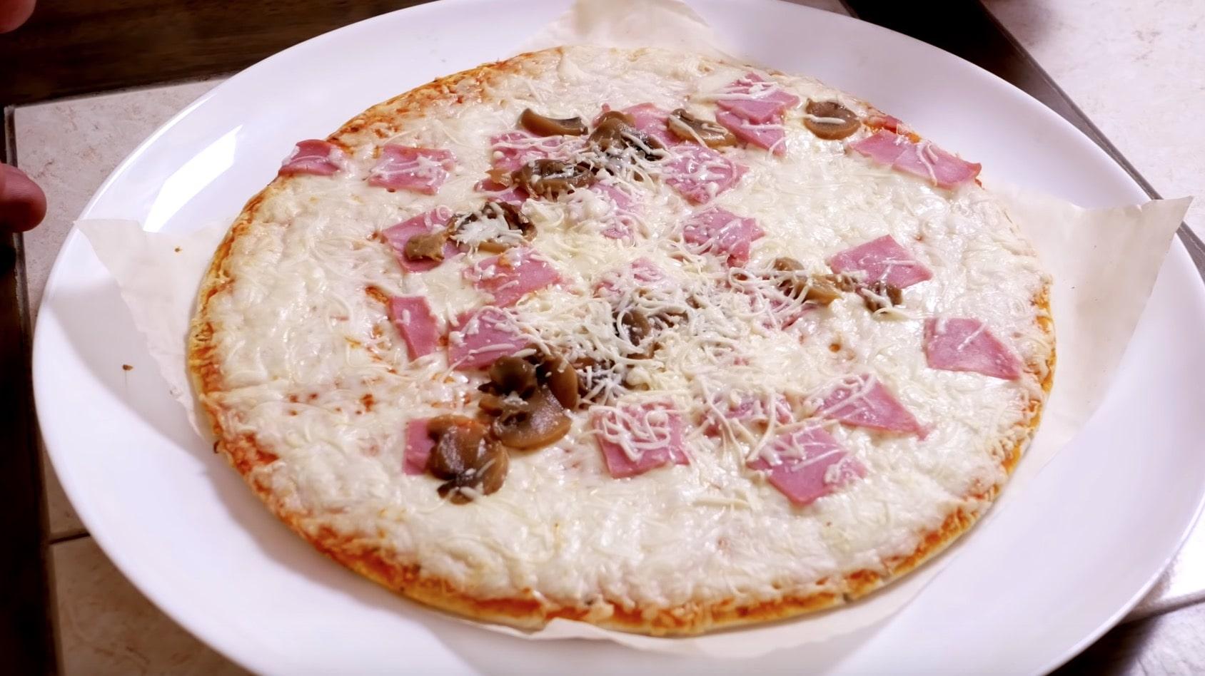 Пиццу мы в итоге готовили 8 минут, за 7 минут даже сыр не расплавился, хотя духовка была разогрета.