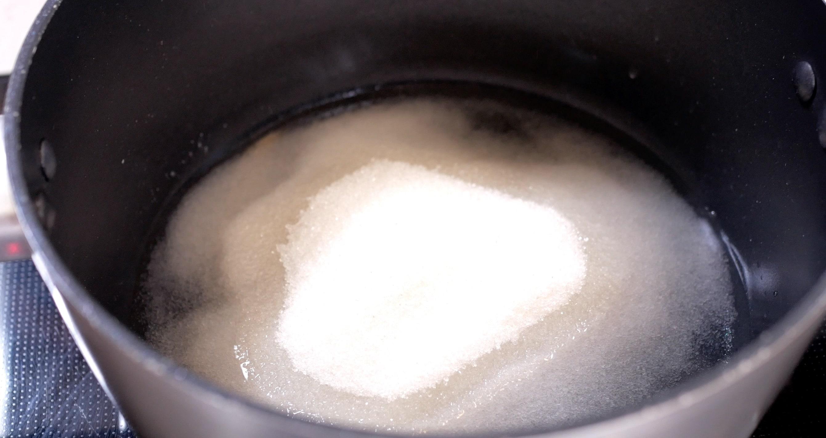 Смешиваем воду с сахаром и ставим на огонь на минут 5 (не забываем перемешивать, чтобы не подгорело)