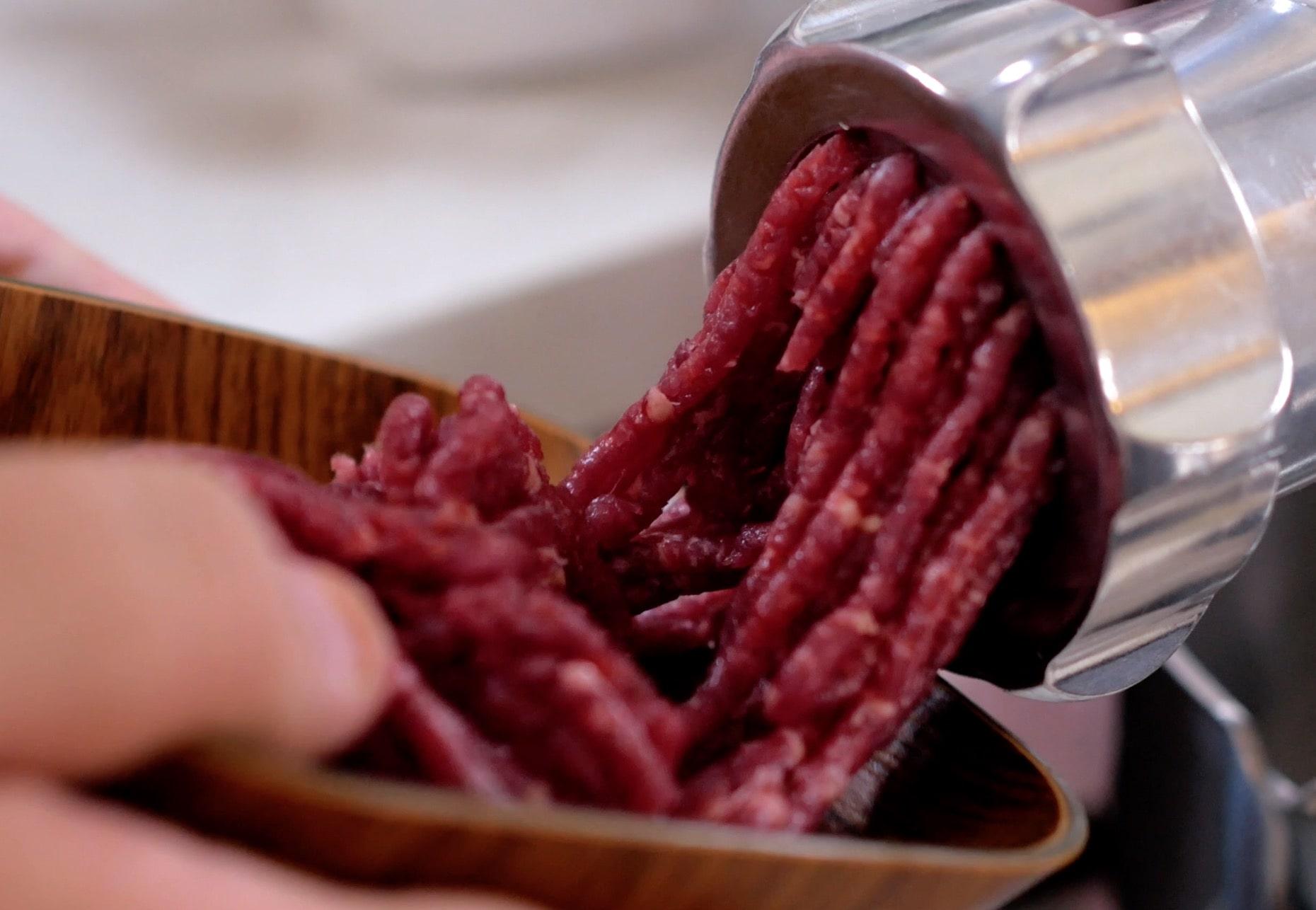 Делаем фарш из говядины.