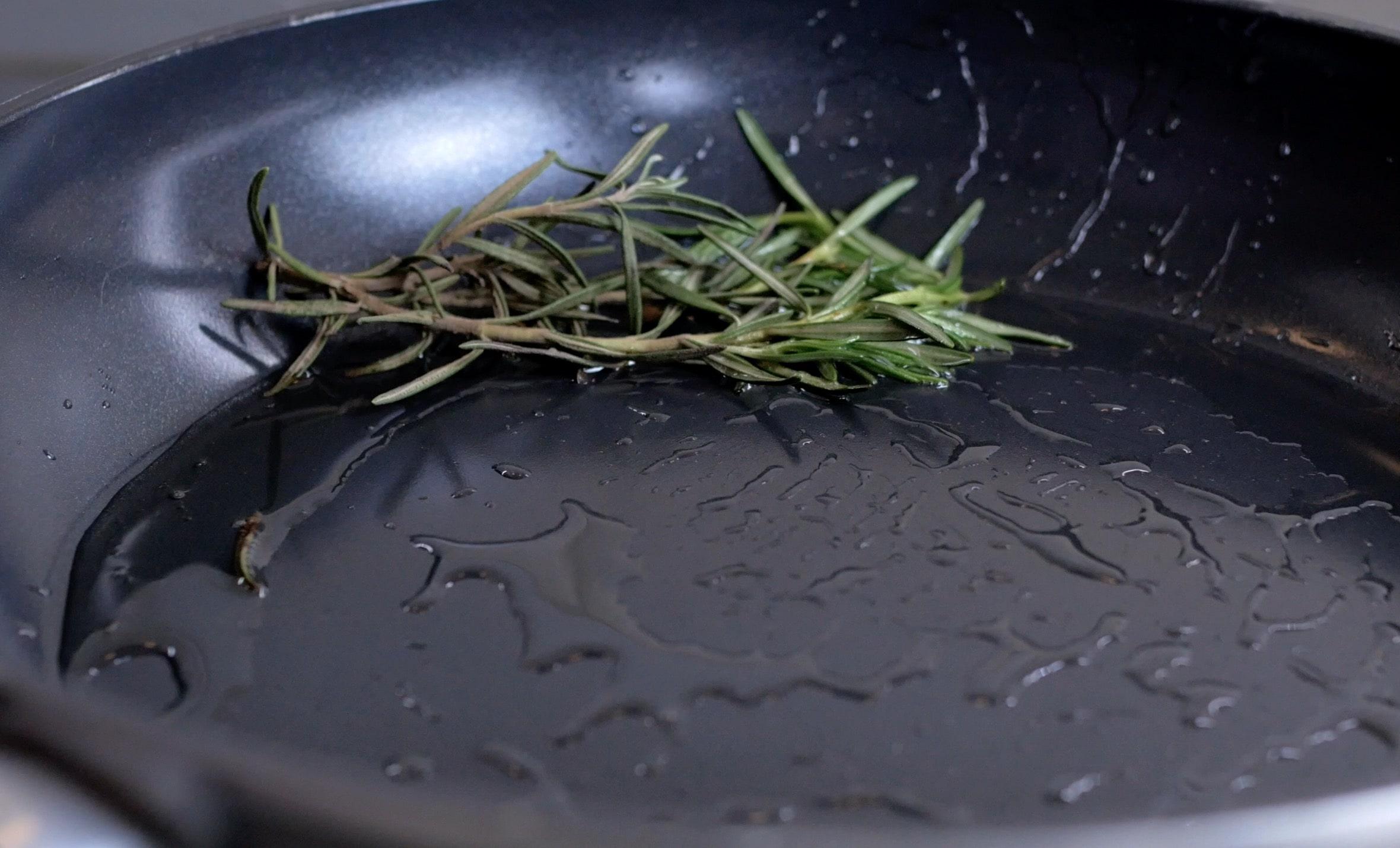 На сковородку положим розмарин для аромата