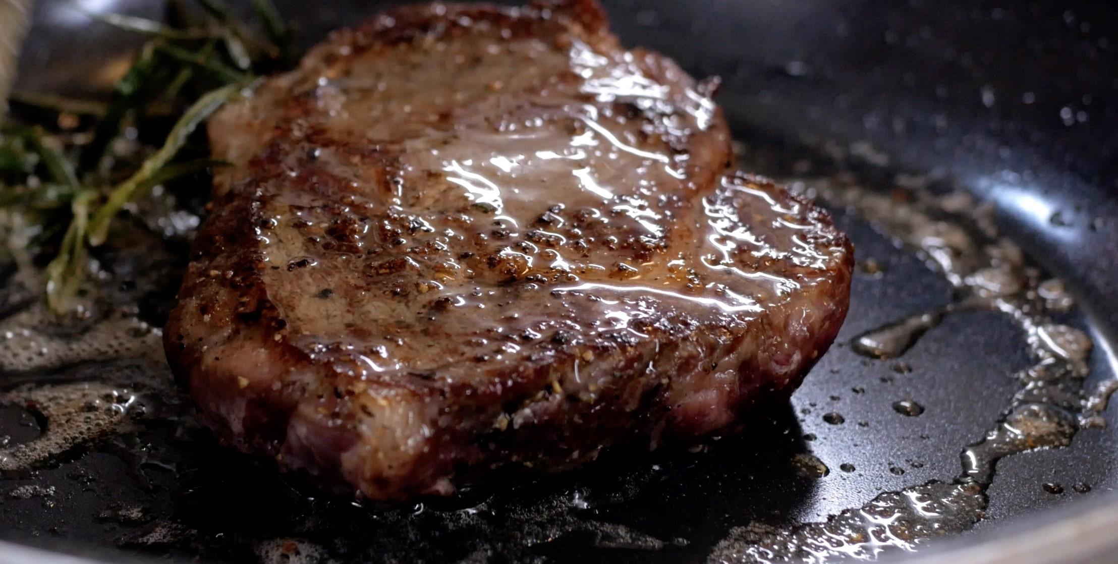 Добавим сливочное масло и им промажем стейк