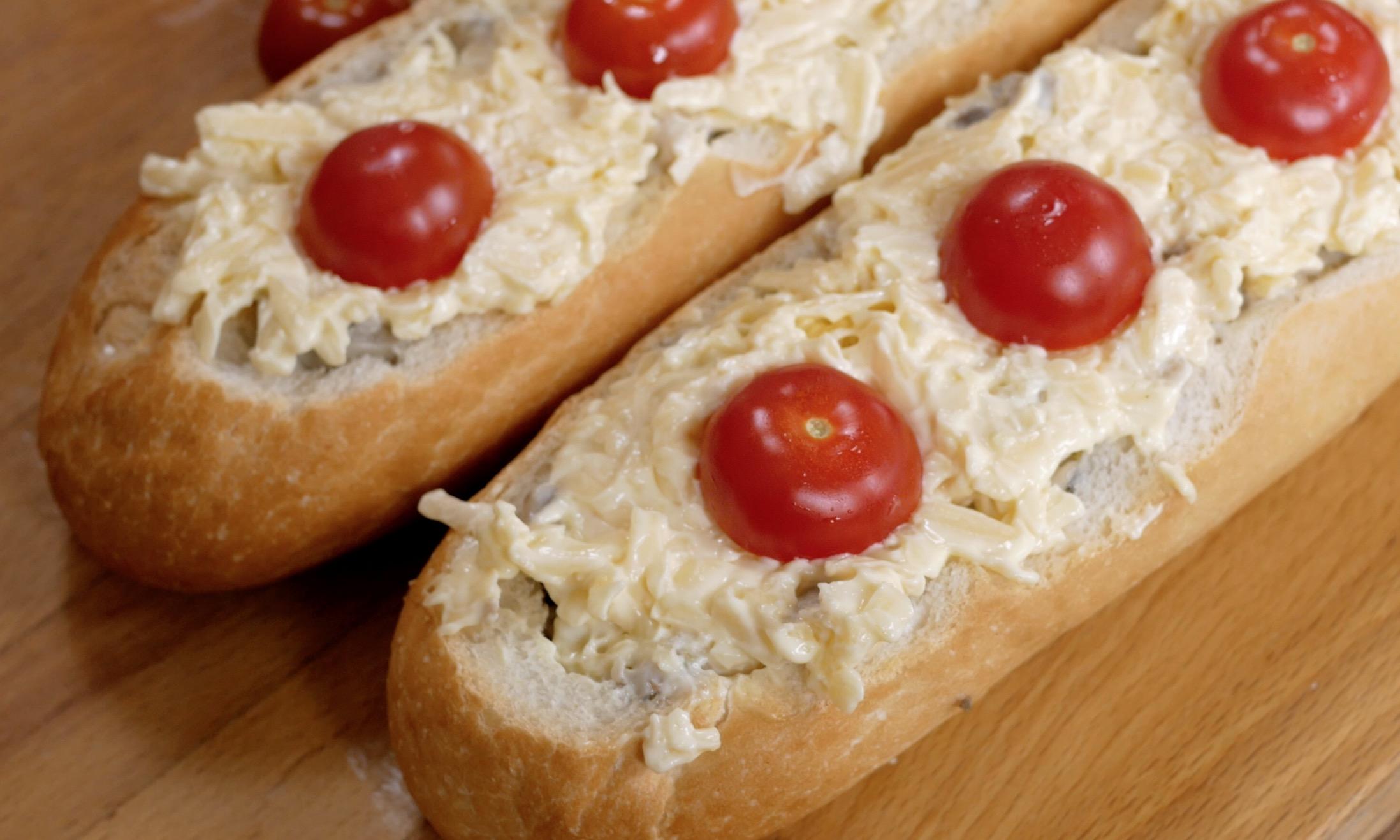 Закладываем сырную начинку и сверху можно выложить помидорки черри.