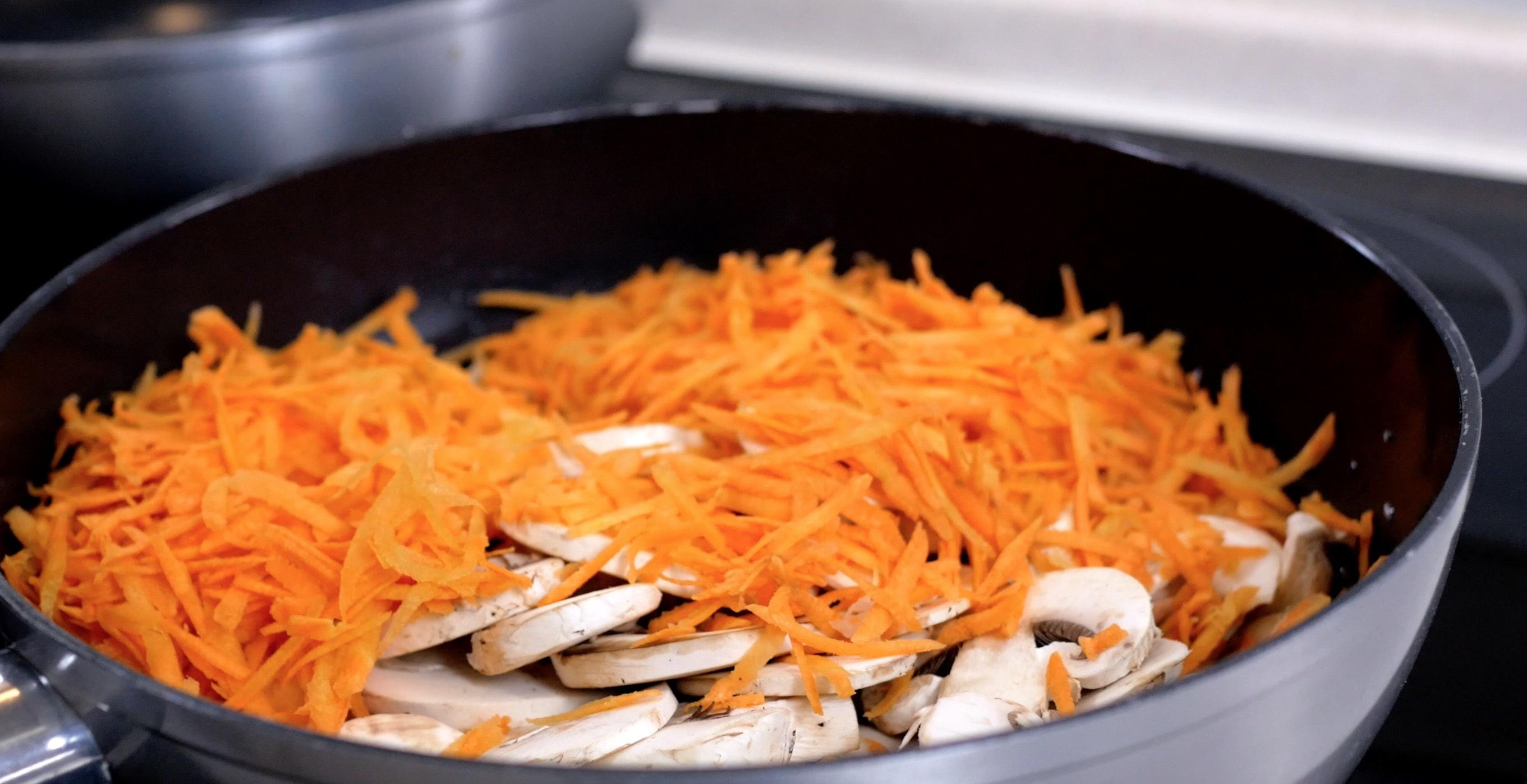 Добавим шампиньоны и морковь