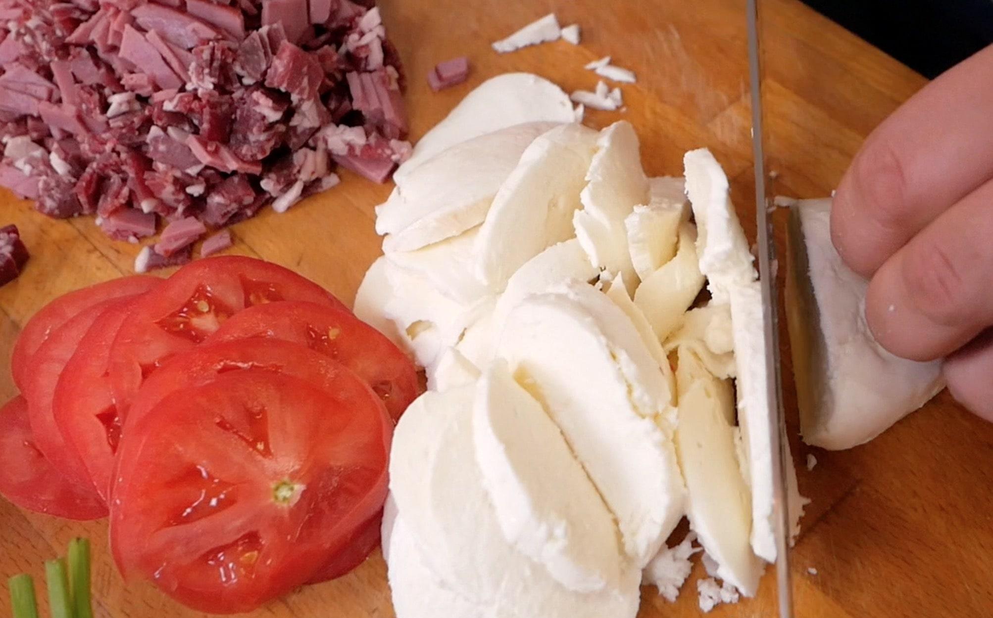 Томаты и моцареллу нарезаем и натираем сыр