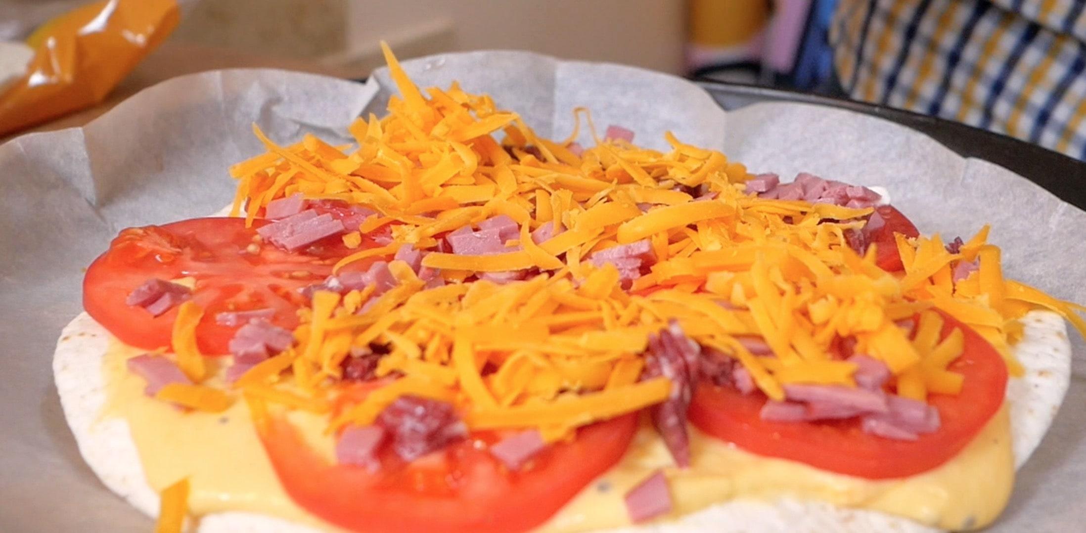 соус, томаты, мясо, слой чеддера