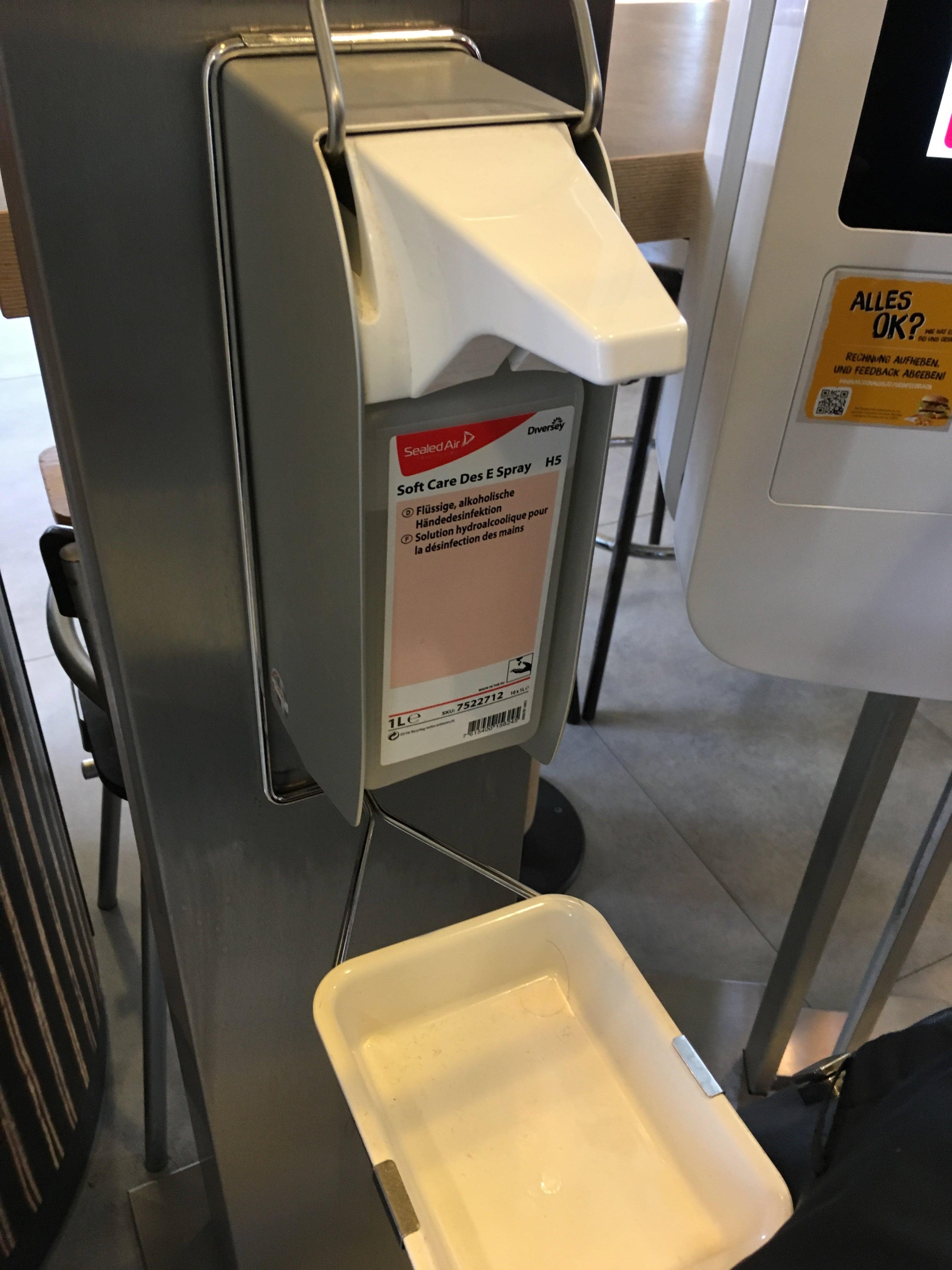 В помещении установлены аппараты для обеззараживания рук.