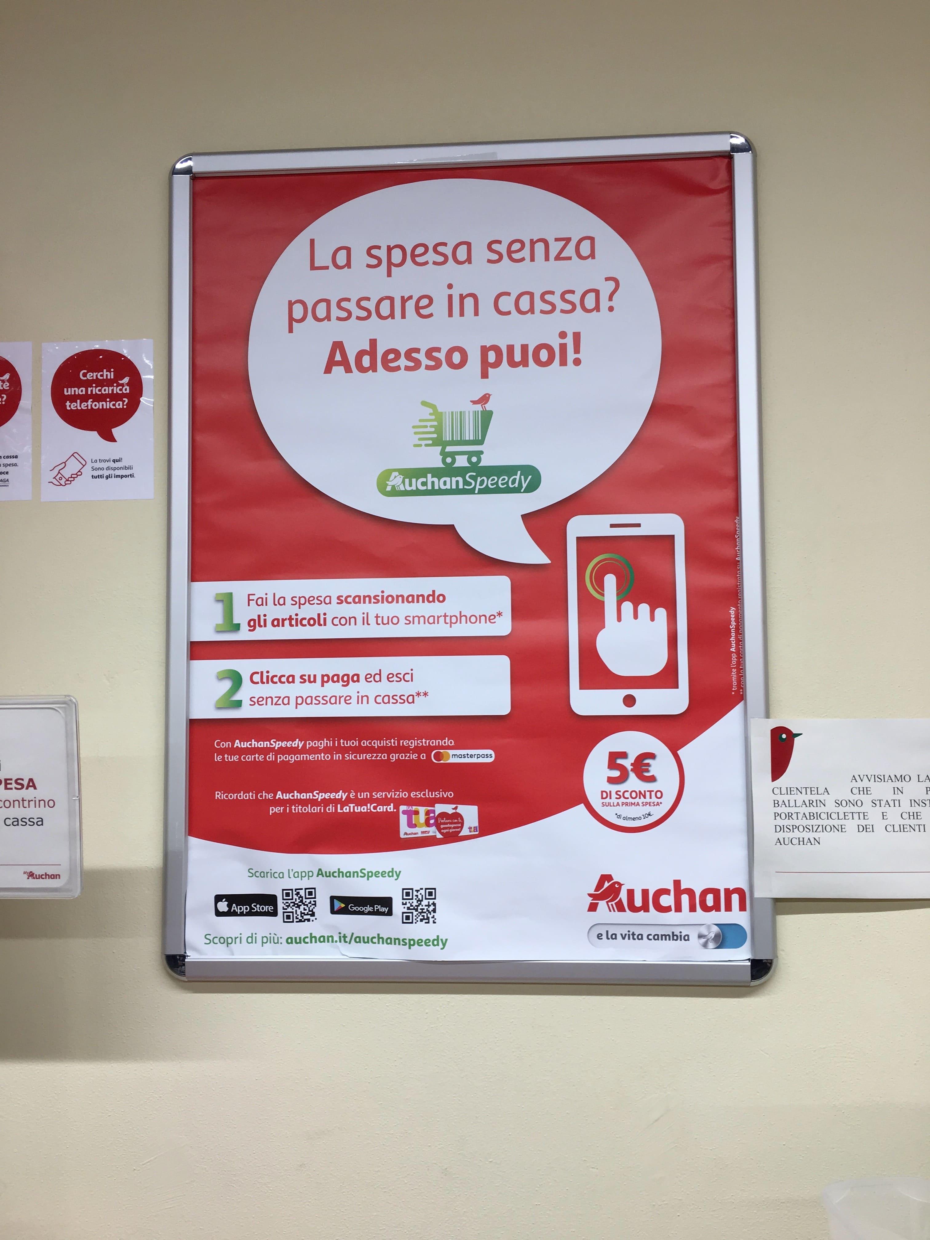 """На входе есть информация, что даже можно скачать приложение """"Auchan Speedy"""", и сканировать им товары, а потом на мобильной кассе просто оплатить."""