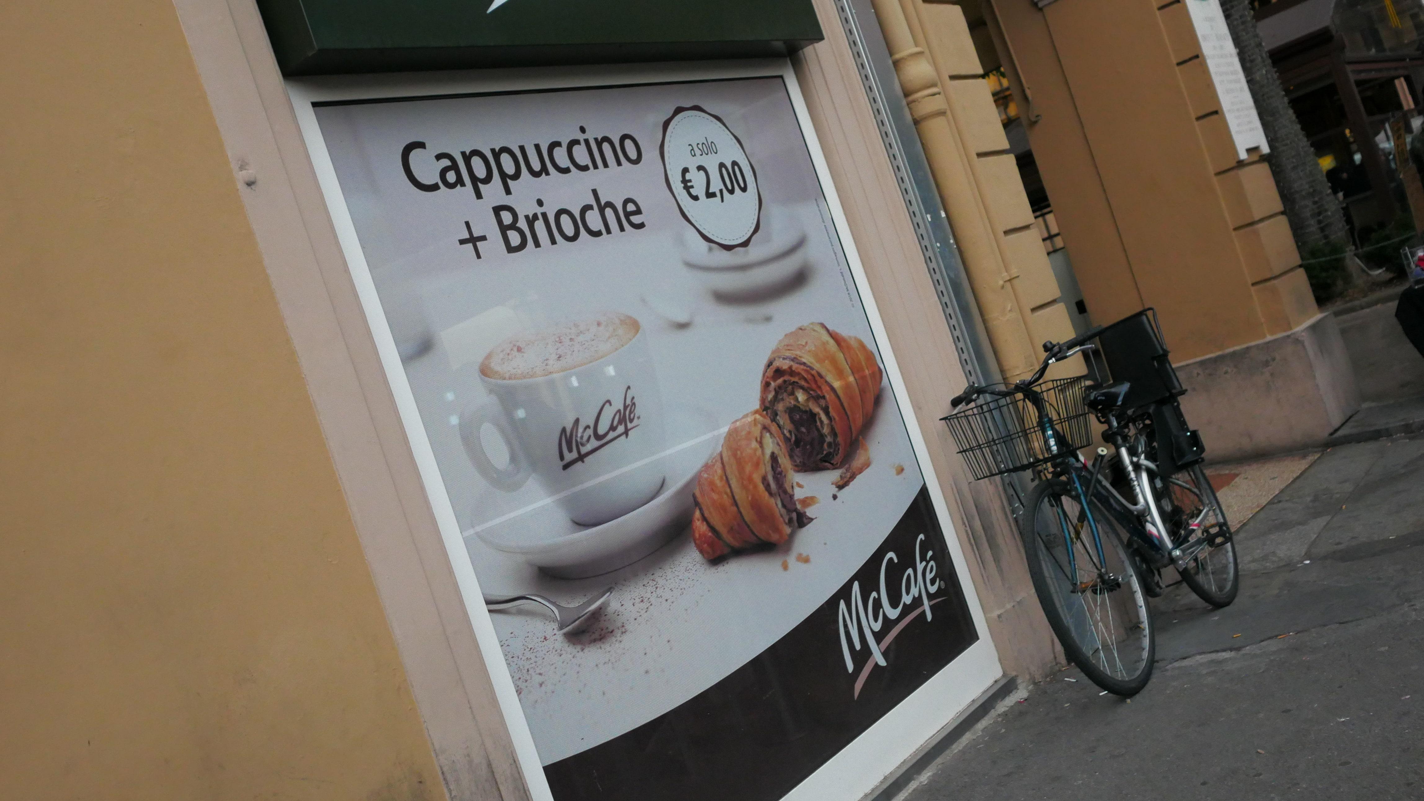 В Мак кафе можно приобрести круассан.