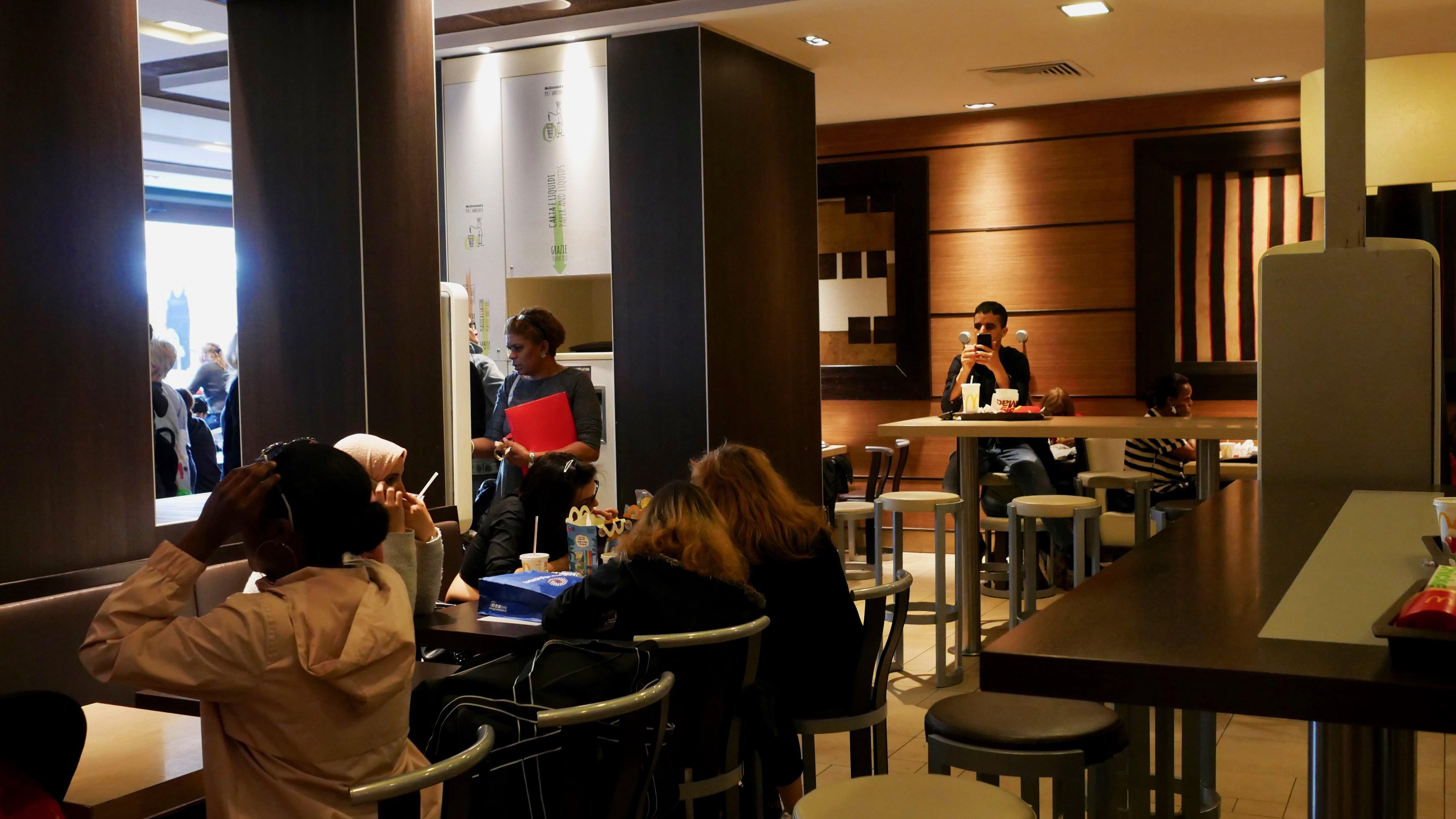 В кафе было очень много народу, конкретно этот Макдональдс пользуется спросом. А у