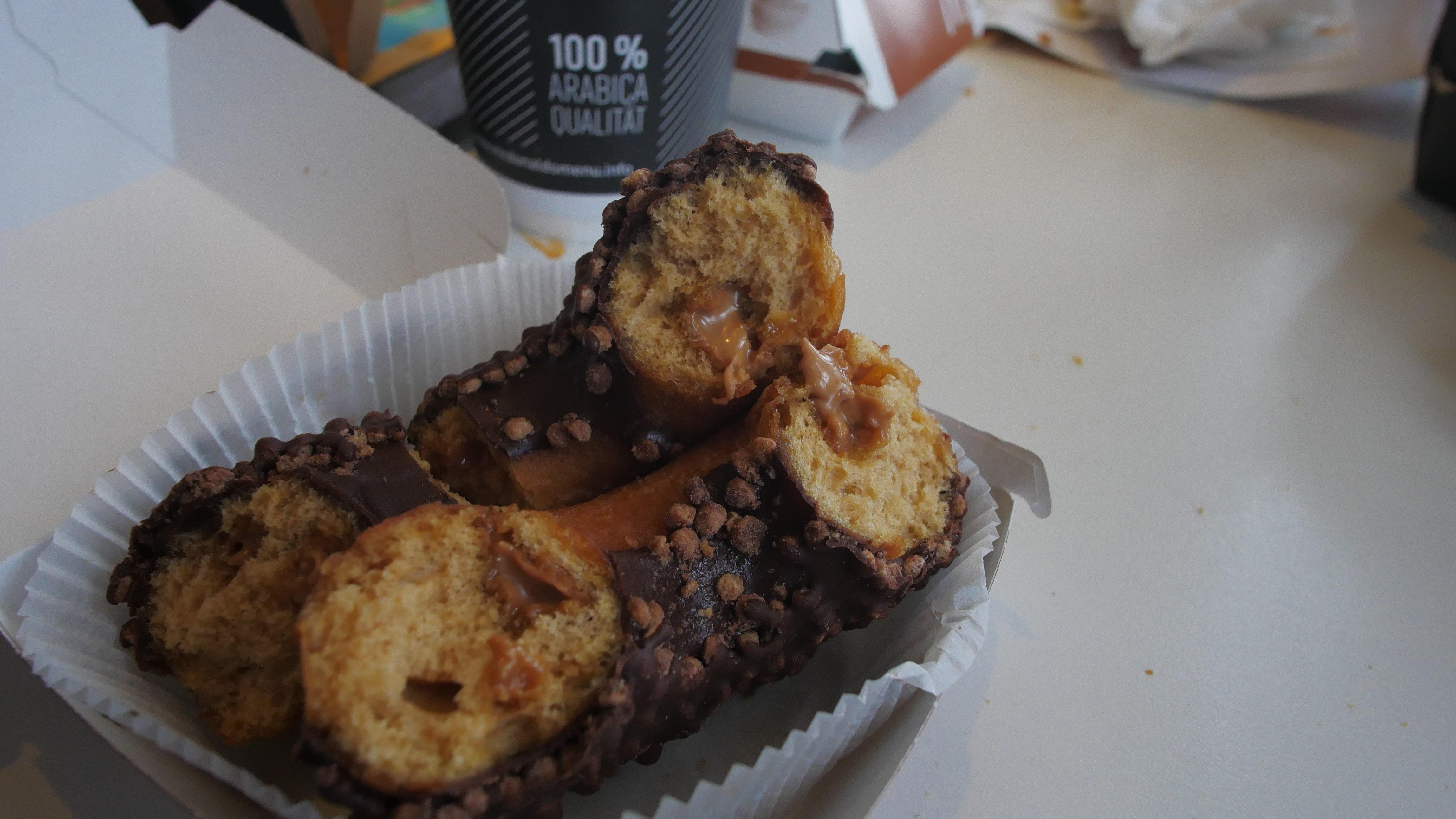 Донатс вкусный, но мало карамельной начинки. Понравилась шоколадная глазурь с кукурузными хлопьями сверху. начинка