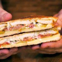 Куриный сэндвич с соусом блю-чиз. Сочный и хрустящий