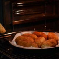 Рубленые котлеты в сухарях, фаршированные сыром